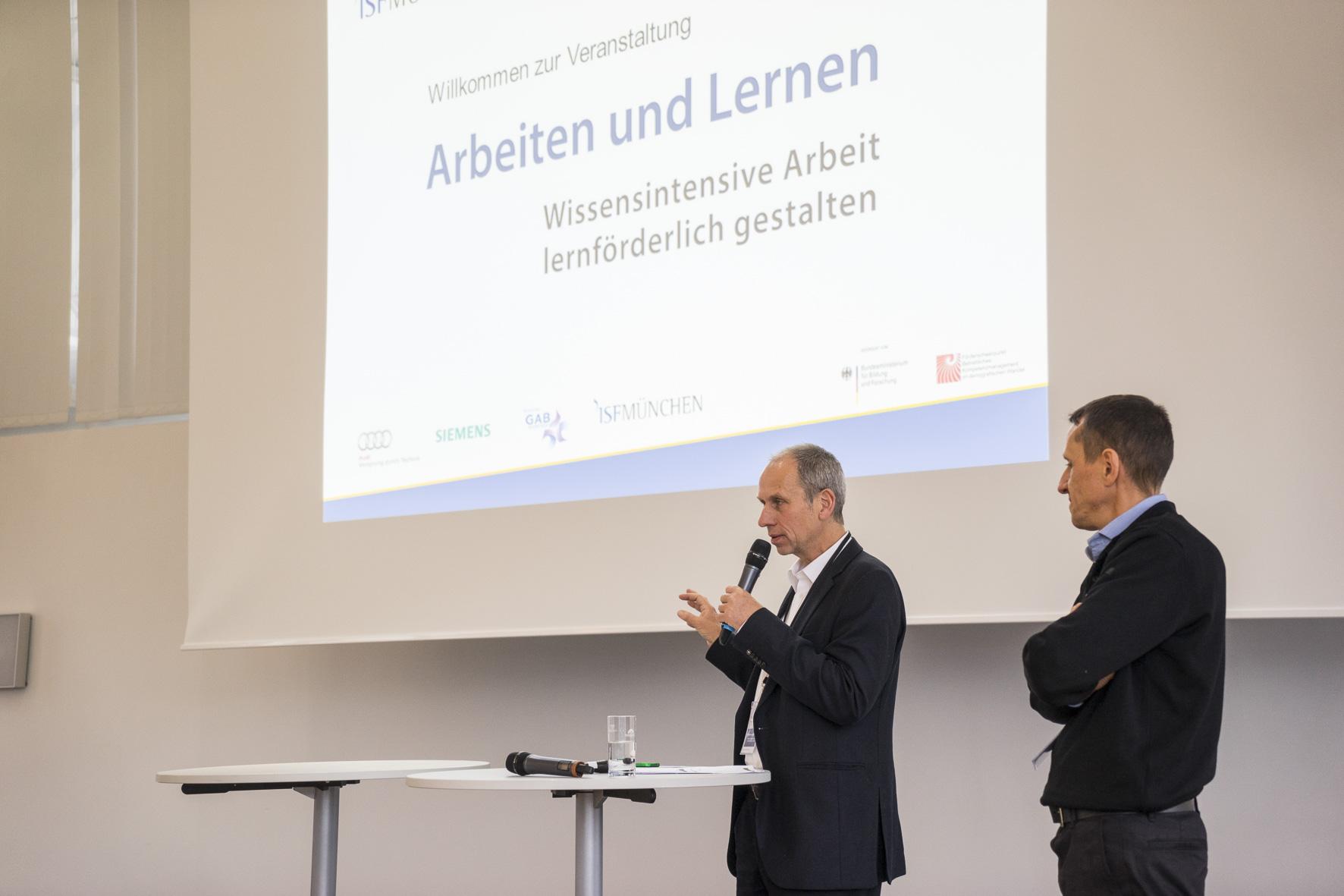 Dr. Eckhard Heidling, Wissenschaftler am ISF München und Leiter der Zusammenarbeit mit Siemens (links), beschreibt gemeinsam mit Dr. vom Eyser von Siemens CT (rechts) den dortigen Ansatz.
