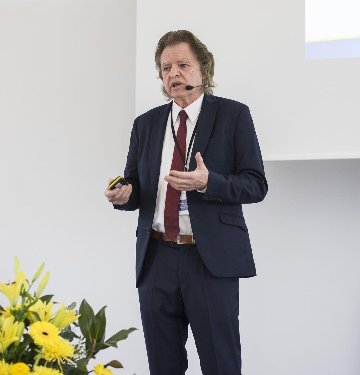 Prof. Fritz Böhle erklärt den Projektansatz von LerndA.