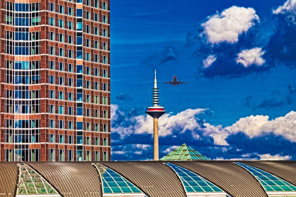 Frankfurter Messeturm und Messebauten mit Fernsehturm